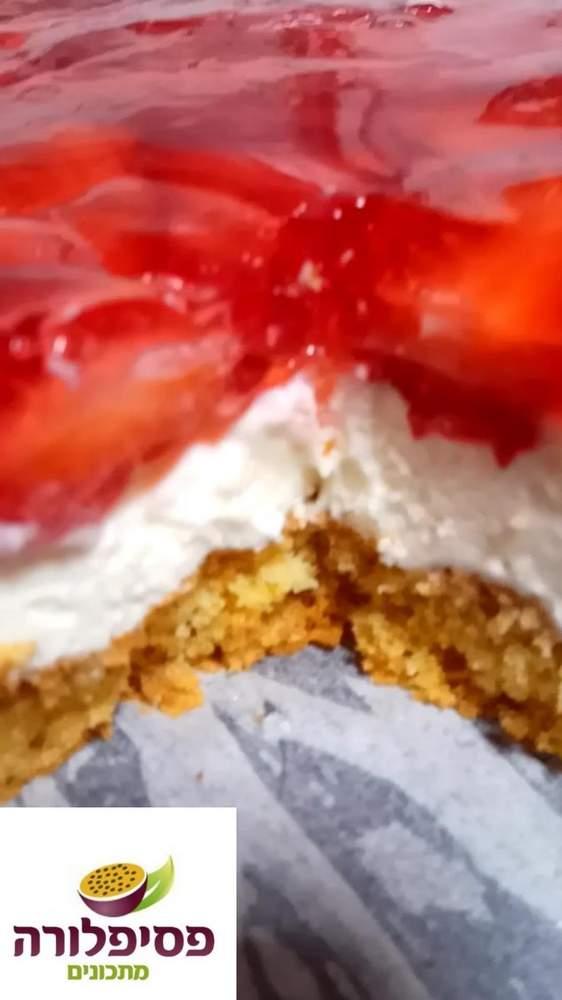 עוגת גלי תות וקצפת