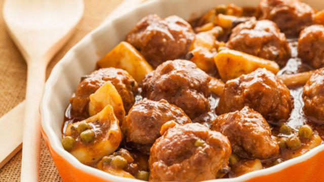 קציצות בשר עם תפוחי אדמה ואפונה