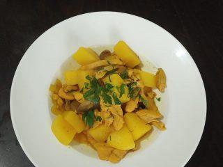 תבשיל פרגית עם תפוחי אדמה ופטריות