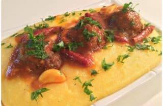 קציצות בשר ברוטב עגבניות ופולנטה